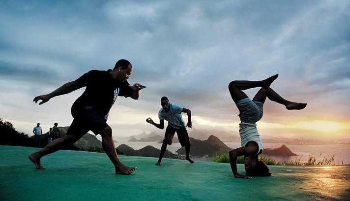 - Imagem fornecida pela Pirelli em 27 de novembro de 2012. O calendário foi criado pelo artista Steve McCurry EUA e foi inspirado pela cultura e pela sociedade brasileira. EPA / STEVE McCurry / HO HANDOUT EDITORIAL USE ONLY / NO SALES