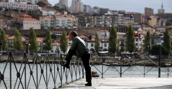 Um morador da Ribeira do Porto observa o rio Douro, Porto, 03 de novembro de 2015.  JOSÉ COELHO/LUSA