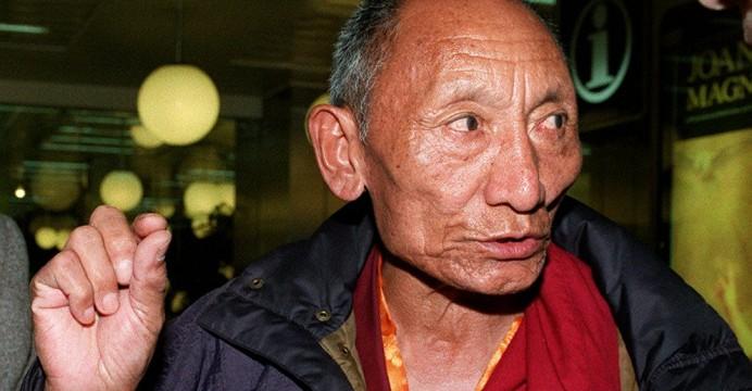 Foto LUSA: O monge budista tibetano Palden Gyatso à chegada ao aeroporto. 22/03/1995. Inácio Rosa