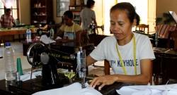 Irmãs Franciscana da Divina Providência costuram em Padiai, Oecússi, Timor-Leste, 15 de setembro de 2014. No início o objetivo era formar a mulher para ajudar na economia familiar, mas depois de 500 costureiras formadas as Irmãs Franciscanas da Divina Providência de Oecússi criaram uma alfaiataria que dá emprego a 16 pessoas. ANTÓNIO AMARAL/LUSA