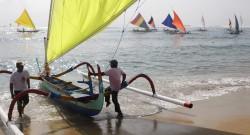 Pescadores de Bali com barco tradicional. Bali, Indonésia, 29 de setembro de 2012. EPA/MADE NAGI - LUSA