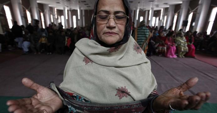 Uma mulher cristã paquistanesa em oração, Peshawar, Paquistão, 25 de dezembro de 2014. Os cristãos no Paquistão formam a maior comunidade minoritária, com cerca de 1, 6 por cento da população. O dia 25 de dezembro é comemorado como o aniversário de nascimento de Jesus Cristo. EPA / Bilawal Arbab