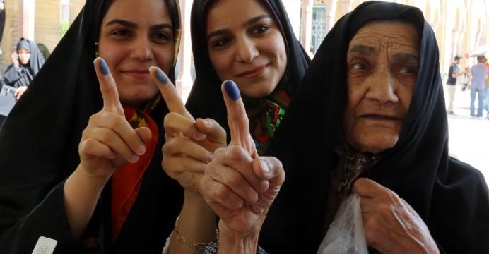Três eleitoras mostram o dedo durante as eleições presidenciais no Irão. 14/06/2013. ABEDIN TAHERKENAREH/LUSA