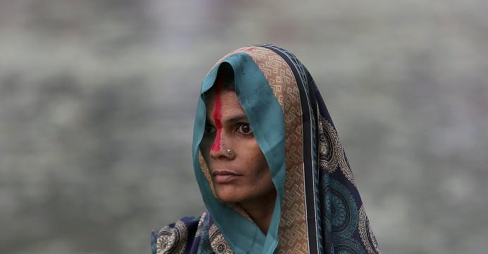 Uma mulher indiana durante a celebração do Chhath Puja, em Nova Deli. MONEY SHARMA/LUSA