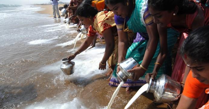 Mulheres indianas despejam leite na Baía de Bengal como um ritual de homenagem às vítimas do tsunami de 2004. Marina Beach, Chennai, 26/12/2010