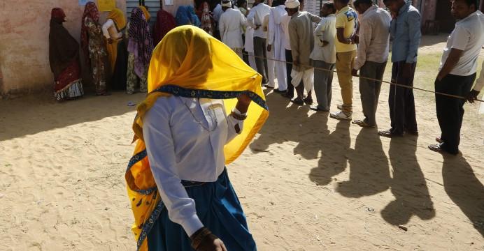 Mulheres e homens, em filas separadas aguardam a sua vez de votar, Kalayanpur Khurd, a norte de Jaipur, 01 de dezembro de 2013. EPA/HARISH TYAGI