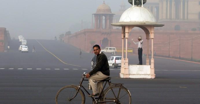 Policia Sinaleiro em Nova Deli, 02 de Dezembro 2007. TIAGO PETINGA / LUSA