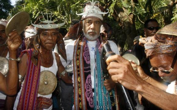 O primeiro Ministro de Timor-Leste, Xanana Gusmão, vestindo um traje tradicional, em visita à aldeia de Likisa, Tmor-Leste. 11 de agosto de 2010. EPA/ANTONIO DASIPARU.