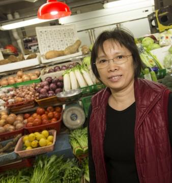 Ana Wong, de 56 anos é vendedora de legumes no Mercado Vermelho. Macau, China, 16 Dezembro de 2014. CARMO CORREIA/LUSA