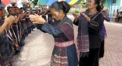 Mulheres da etnia Batak. Cerimónia Horjabius em Tomok Samosir, uma ilha do Norte de Sumatra, Indonésia, 11 de julho de 2006. Horjabius é uma cerimónia tradicional Batak que foi probida pelos missionários cristãos  e que só voltou a ser realizada em 2005. EPA/NANI AFRIDA - LUSA
