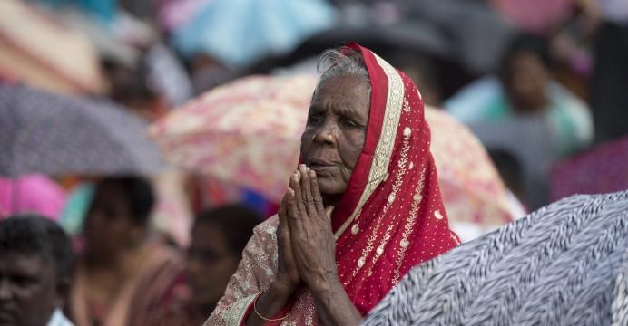 Mulher em gesto de rezar à chegada da Para Francisco a Madhu, Sri Lanka, 14 de janeiro de 2015. EPA/ALESSANDRA TARANTINO / POOL - LUSA