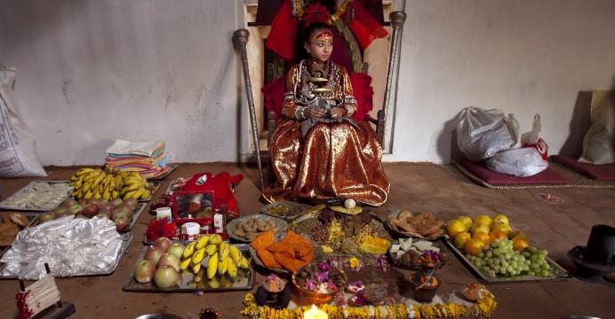 """Kumari Samita Bajracharya em Kumari Ghar em Patan, Nepal, 09 de abril de 2011. Kumari, ou Kumari Devi, é uma """"deusa viva"""""""