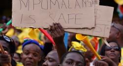 - crianças com cartaz 'Mpumalanga is Safe' durante o jogo de futebol amigável com a Thailand em Nelspruit, África do Sul, 12 de maio de 2010. EPA/JON HRUSA