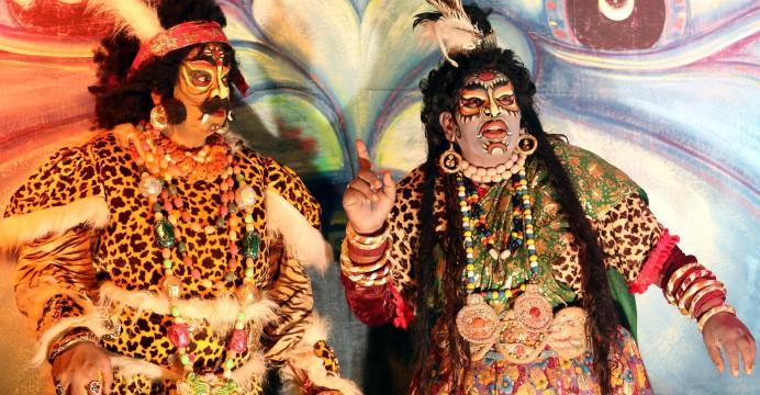 "Foto LUSA: Artistas de grupo de teatro Sri Venkateswara representam uma peça do folclore de Telugu intitulada 'Mayabazar"". Índia, 04 de setembro de 2014. EPA/SANJEEV GUPTA"