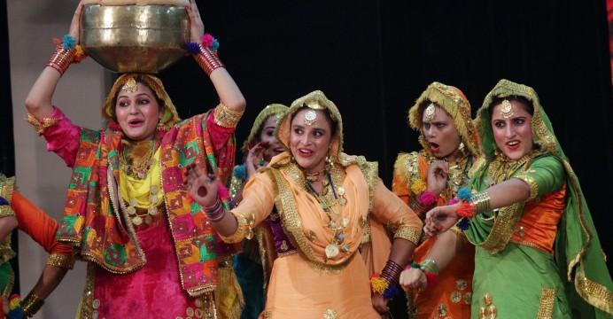 Estudantes indianas vestindo traje tradicional executam Gidha Punjabi, a dança folclórica do estado de Punjab, durante a competição final do Festival da Juventude de Guru Nanak Dev University em Amritsar, Índia, 07 de novembro de 2015. Gidha é uma forma de dança estado de Punjab, onde um grupo de mulheres, usando vestidos tradicionais e coloridas e enfeites tradicionais, dança com as batidas de um tambor tradicional mini-chamado Dholki e cantam canções folclóricas chamado 'Boliyan'. EPA / Raminder Pal Singh. LUSA