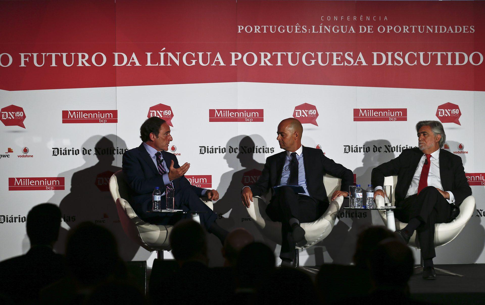 """O vice-primeiro-ministro, Paulo Portas (E), acompanhado pelo diretor do Diário de Notícias (DN) André Macedo (C) e pelo antigo ministro dos Negócios Estrangeiros Luís Amado (D), usa da palavra durante a Conferência """"Português: língua de oportunidades"""", Lisboa, 27 de maio de 2015. ANTÓNIO COTRIM/LUSA"""