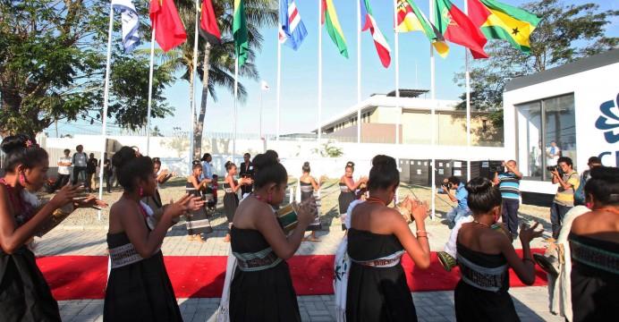 Foto LUSA - Dança de Timor-Leste em frente da nova sede da CPLP em Díli . Timor-Leste, 23 de julho de 2015. EPA/ANTONIO DASIPARU