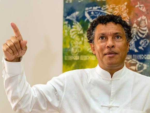 """O ministro da Cultura de Cabo Verde, o também compositor, músico, cantor, escritor, dramaturgo e poeta, Mário Lúcio Sousa, 50 anos, natural do Tarrafal de Santiago, para quem o cabo-verdiano """"sempre foi muito recetivo à cultura do outro"""" e acabou por criar a sua própria identidade cultural, na Cidade da Praia, Cabo Verde, 01 de julho de 2015. ANTÓNIO GOMES/LUSA"""