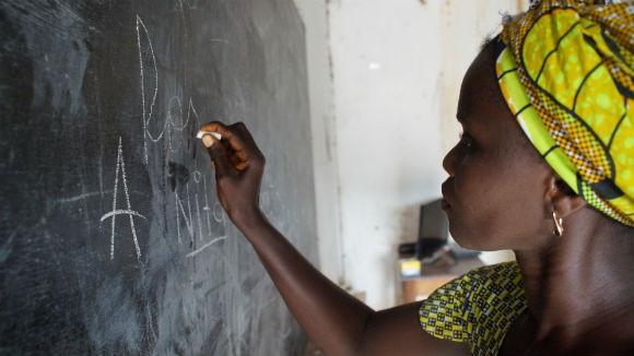 Fotos: Aula de alfabetização de adultos em Bissau, 4 de outubro de 2013. LUIS FONSECA / LUSA