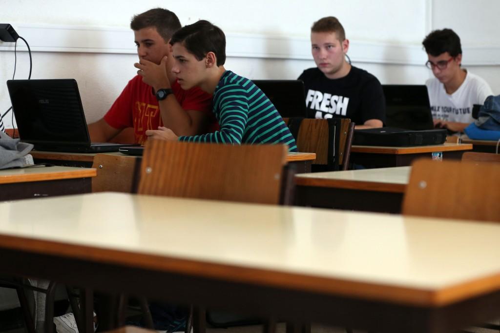Alunos de uma aula informática de um curso profissional da Escola Secundária José Afonso em Loures, desenvolvem um trabalho de grupo no arranque do ano lectivo 2015/2016, 18 de setembro de 2015. TIAGO PETINGA/LUSA