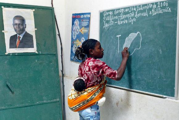 Uma professora dá aulas com o filho as costas numa escola da provincia do Huambo. 05/03/2007. CIC.PAULO NOVAIS/LUSA.