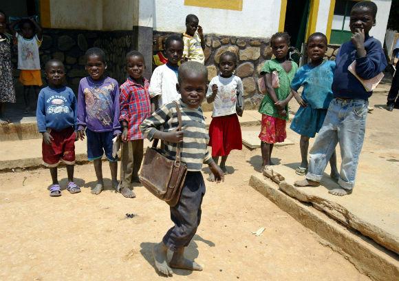 Criancas à entrada para as aulas numa escola da provincia do Huambo. 05/03/2007. CIC.PAULO NOVAIS/LUSA.