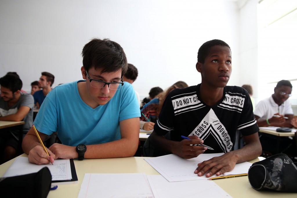 Alunos de um curso profissional da Escola Secundária José Afonso em Loures, assistem a uma aula de inglês técnico no arranque do ano lectivo 2015/2016, 18 de setembro de 2015. TIAGO PETINGA/LUSA