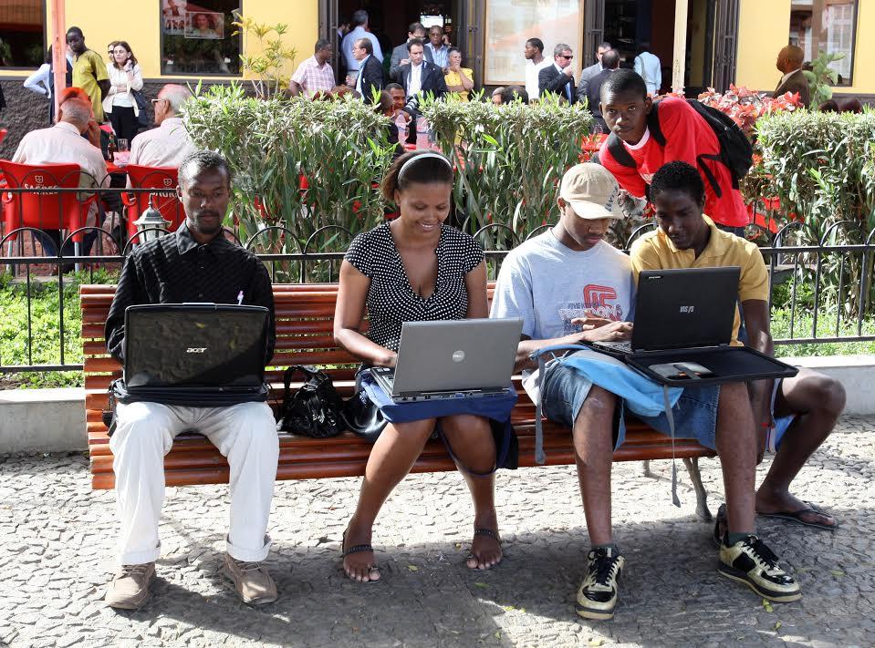Pessoas utilizam computadores portáteis num jardim da Cidade da Praia, em Cabo Verde, a 27 de Março de 2009. PAULO NOVAIS / LUSA