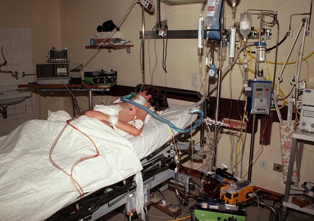 Foto LUSA: Unidade de Cuidados Intensivos. Hospital de Santa Marta. 24/05/2005
