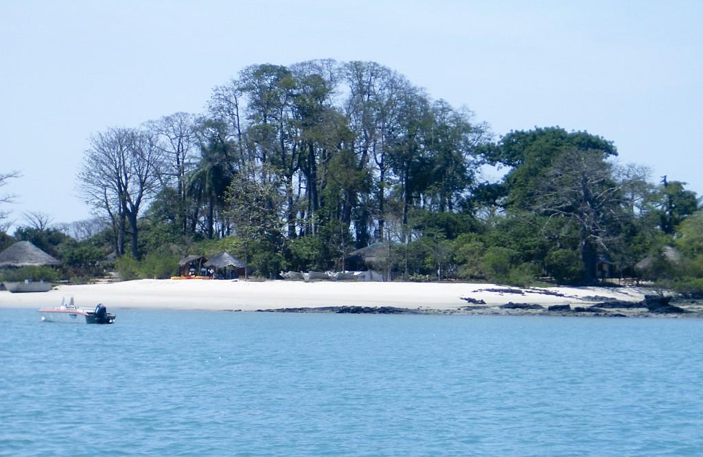 """Quére, no arquipélago dos Bijagós, na Guiné-Bissau, podia ser a ilha do Peter Pan, parada no tempo, mas """"pertence"""" a Laurent Durris, um francês que se sente melhor em África do que na Europa, Guiné-Bissau, 8 de Novembro de 2009. MARISA SERAFIM/LUSA"""