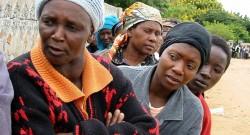 Foto: mulheres, aguardam em fila a sua vez de votar, na localidade negra de Mabvuko, arredores de Harare, para as eleições no Zimbabue. 10/03/2002. FOTO ANTÓNIO MATEUS/LUSA