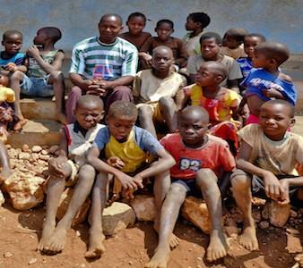 O diretor da escola primária de Wiriyamu, Carlos Alciano, 40 anos, acompanhado pelos seus alunos, Moçambique, 12 de dezembro de 2012. ANTONIO SILVA / LUSA