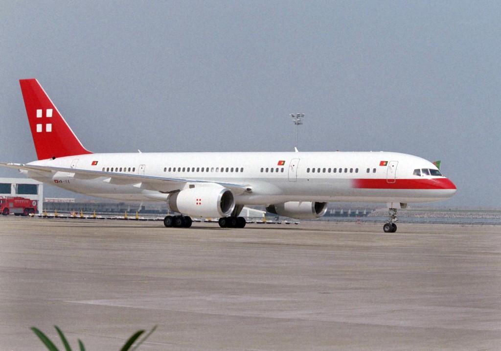 """O avião """"Ilha de Coloane"""" da Air Macau, no aeroporto de Macau, 19 de abril de 1998. INACIO ROSA / LUSA"""