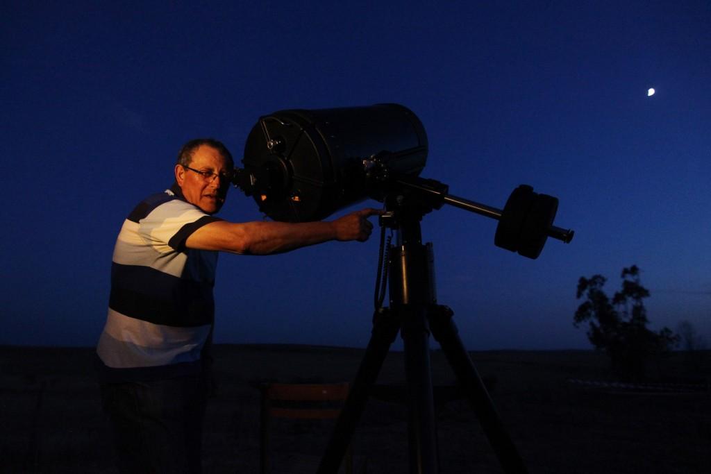Máximo Ferreira, do Centro de Ciência Viva de Constância (Santarém), observa o céu noturno em Castro Verde, durante a 22.ª Astrofesta, principal evento de divulgação da astronomia em Portugal, que decorre este ano nesta vila alentejana até domingo, 22 de agosto de 2015. NUNO VEIGA/LUSA