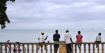 Crianças de São Tomé e Príncipe na marginal da cidade de S. Tomé 06 de outubro de 2014. ANDRE KOSTERS / LUSA