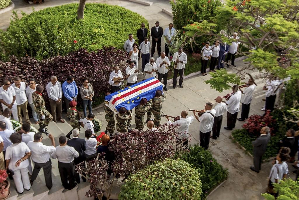 Funeral do poeta cabo-verdiano, Corsino Fortes, realizado ontem na cidade do Mindelo, ilha de São Vicente, Cabo Verde, 25 de julho de 2015. ANTÓNIO GOMES/LUSA