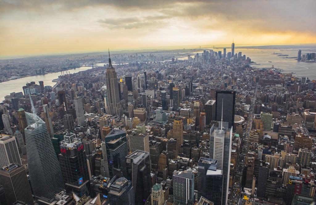 Vista panorâmica de Midtown e Lower Manhattan (ao fundo) visto do GE Building
