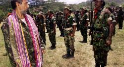 Passa revista às tropas das Falintil no Remexio, Timor-Leste, 24 de outubro de 1999. TIAGO PETINGA/LUSA