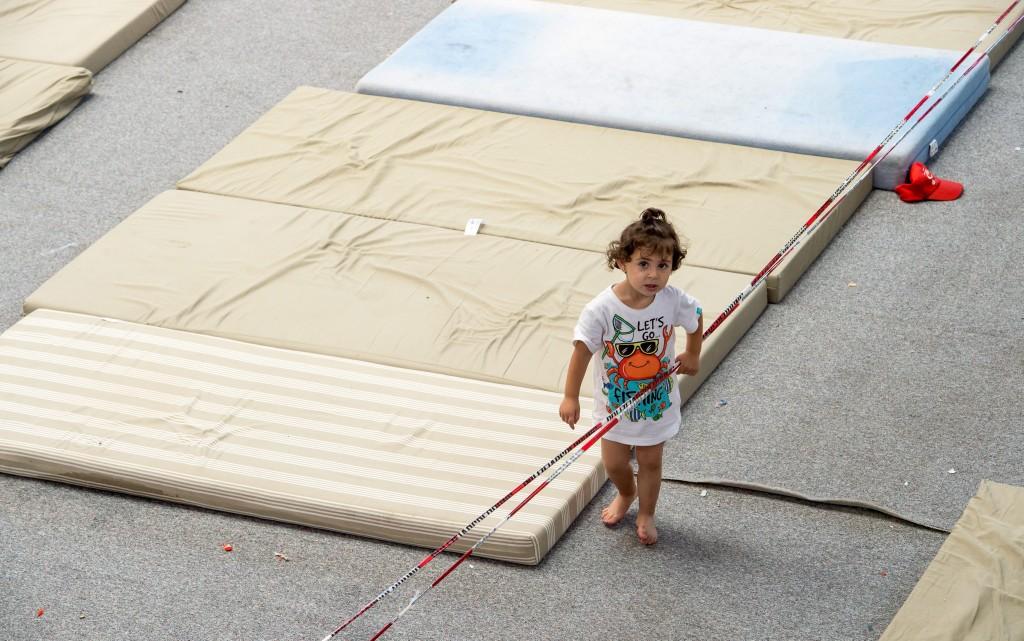 Criança refugiada. Deggendorf, Alemanha, 11 agosto de 2015. EPA/PETER KNEFFEL