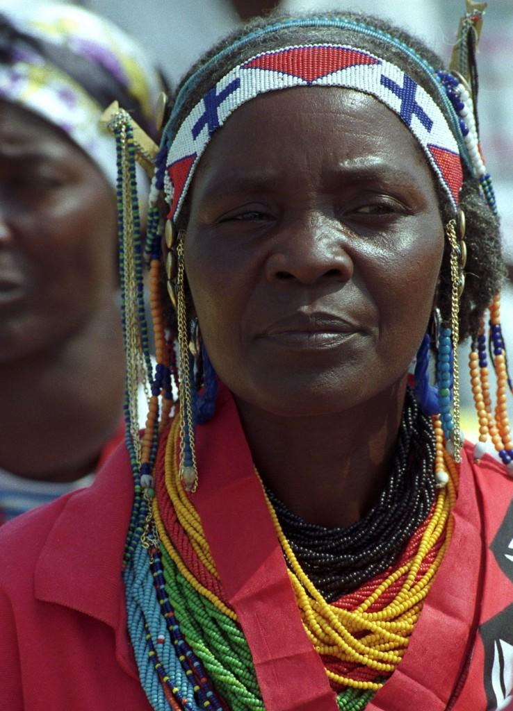 Mulher angolana em traje típico aguarda a chegada do Papa a Benguela, a 9 de junho de 1992, durante a visita papal a Angola. Acácio Franco / Lusa