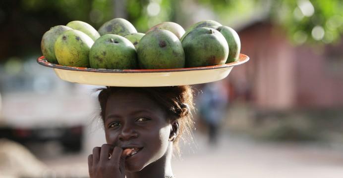 Uma vendedora de manga em Bissau, Guiné-Bissau, 18 de Agosto de 2008.   PAULO CUNHA/LUSA
