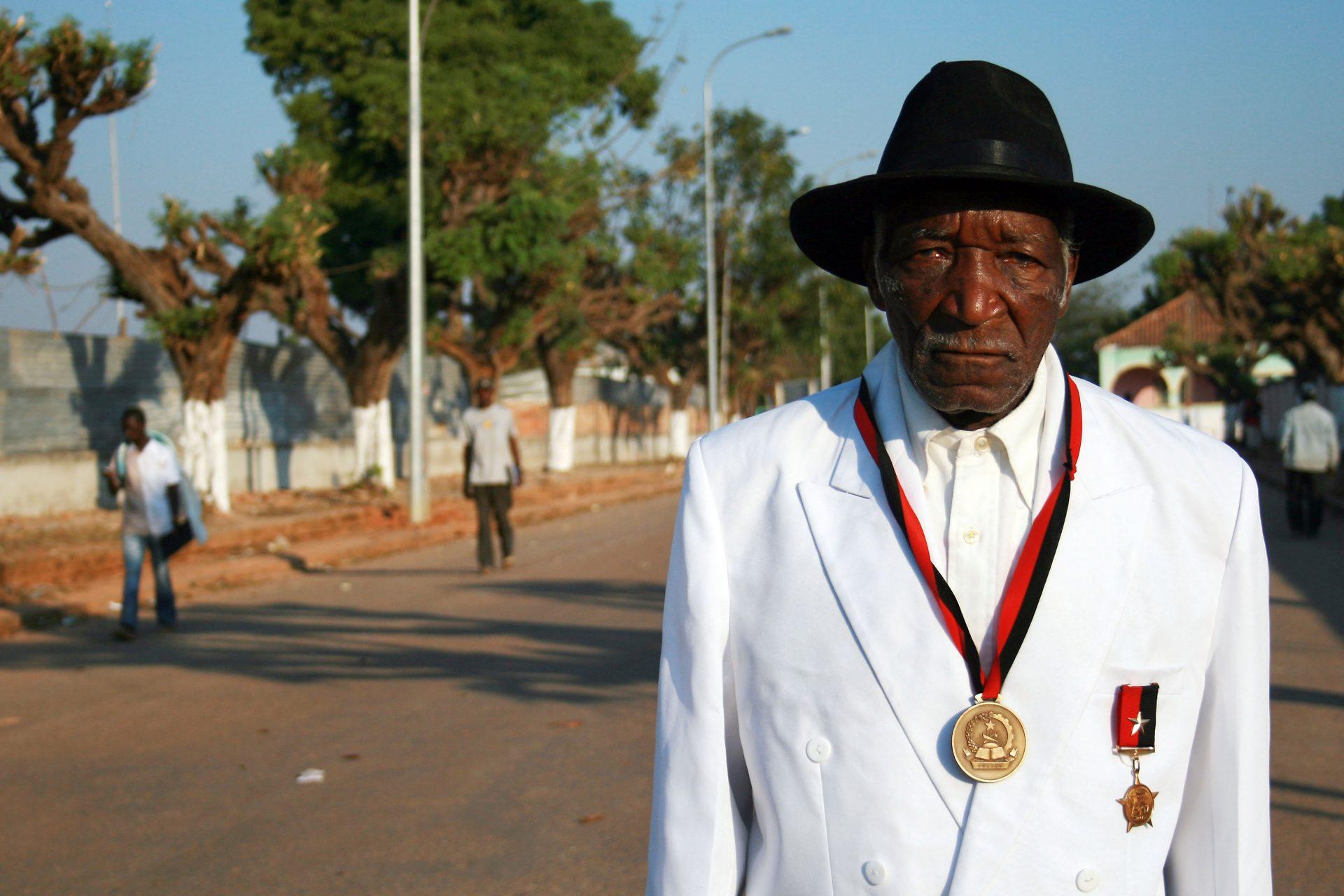 Augusto Katyopololo, 97 anos, o soba dos sobas, já era rei no tempo colonial, continuou a sê-lo durante a guerra civil, fugiu de Savimbi e abraçou o MPLA, que o apresenta em posição elegível às próximas legislativas, Bailundo, Angola, 28 de agosto de 2008. HENRIQUE BOTEQUILHA/LUSA