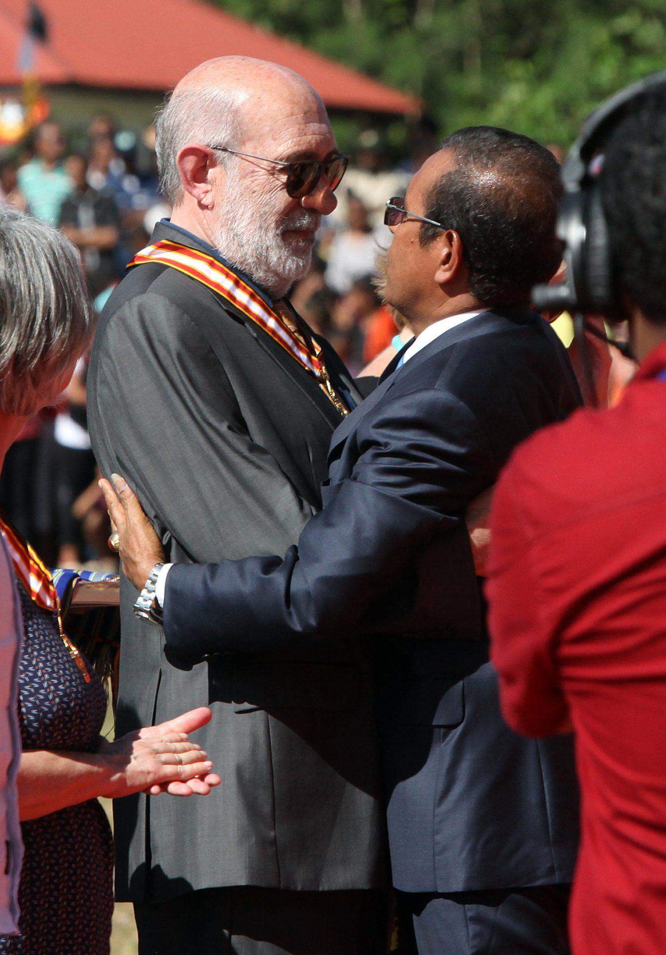 Presidente da República de Timor-Leste, Taur Matan Ruak (D), abraça Adelino Gomes (E), durante a cerimónia de condecoração de vários estrangeiros pelo seu contributo e apoio à luta de autodeterminação de Timor-Leste, durante as comemorações do 13.º aniversário da restauração da independência timorense, em Maliana, Timor-Leste, 20 de maio de 2015. ANTÓNIO SAMPAIO/LUSA