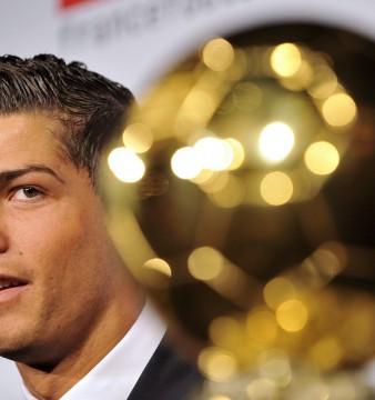 Foto LUSA: Cristiano Ronaldo recebendo a Bola de Ouro do ano 2008. EPA/YOAN VALAT
