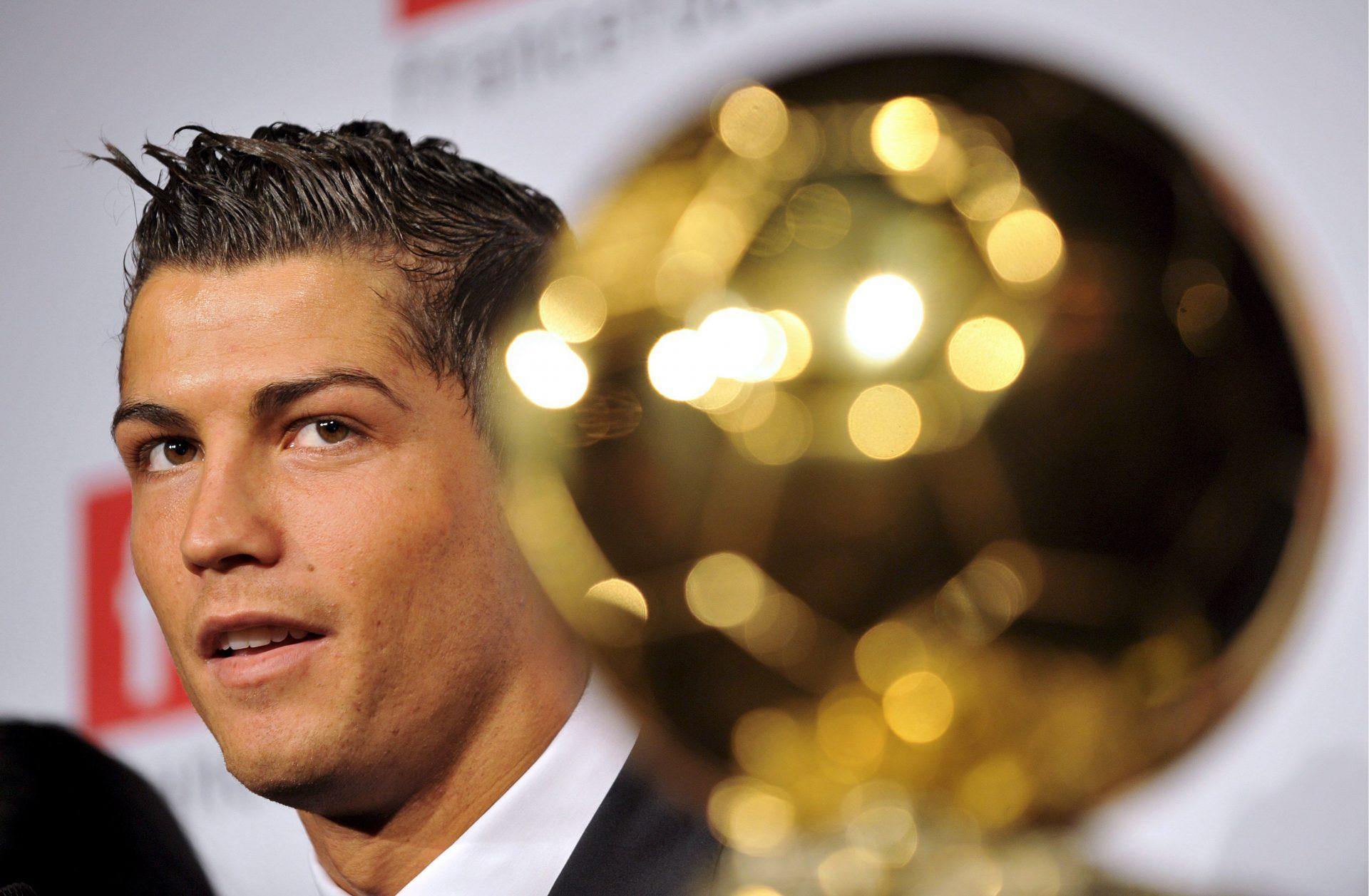 Cristiano Ronaldo recebendo a Bola de Ouro do ano 2008. EPA/YOAN VALAT
