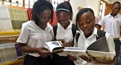 Jovens moçambicanas observam alguns dos livros que se encontram exposto na biblioteca da Escola Polana caniço. Maputo, Moçambique, 15 de abril de 2011. ANTÓNIO SILVA/LUSA