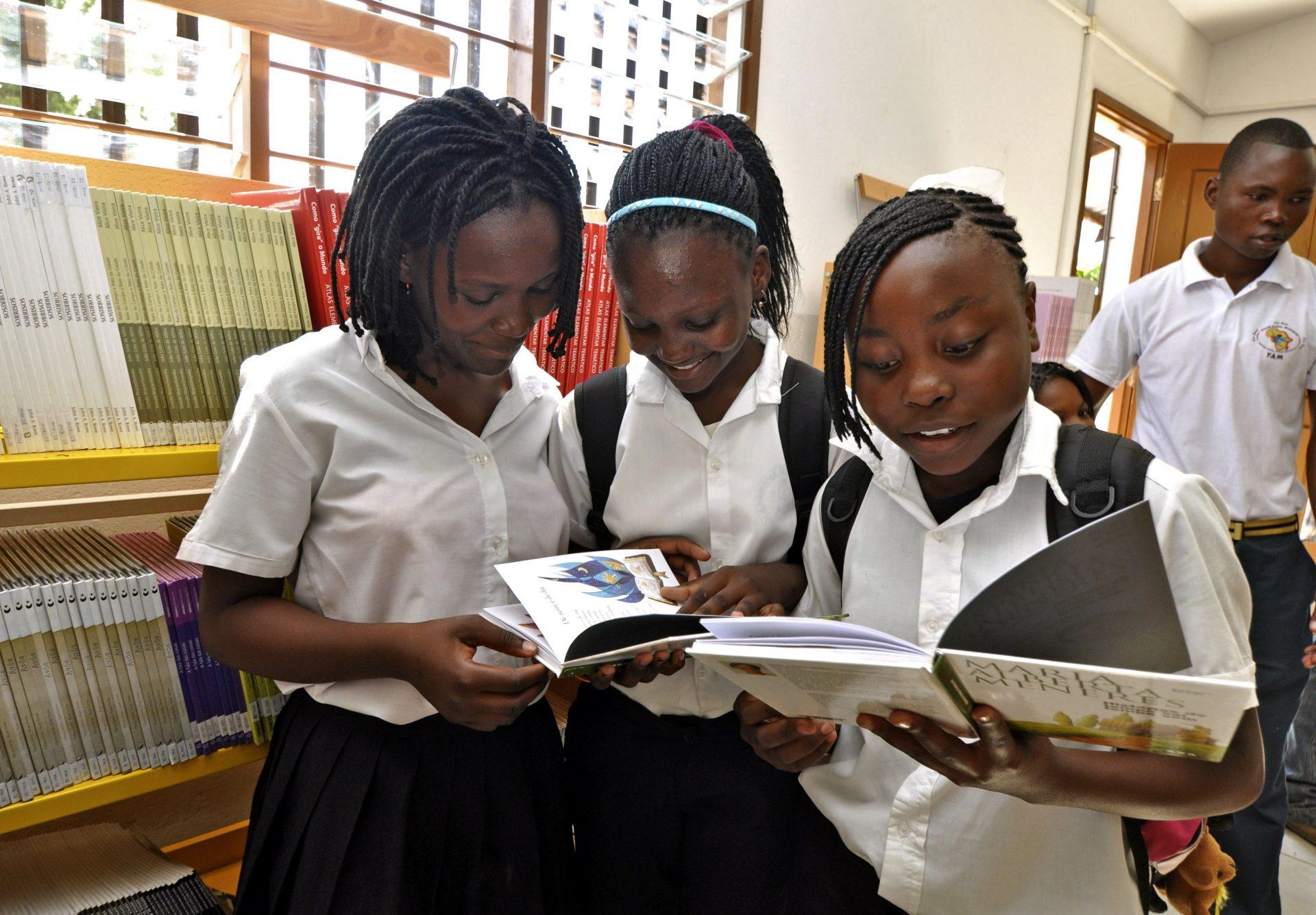 Jovens moçambicanas observam alguns dos livros que se encontram exposto na biblioteca da Escola Polana caniço, inaugurada hoje em Maputo, Moçambique, 15 de abril de 2011. ANTÓNIO SILVA/LUSA