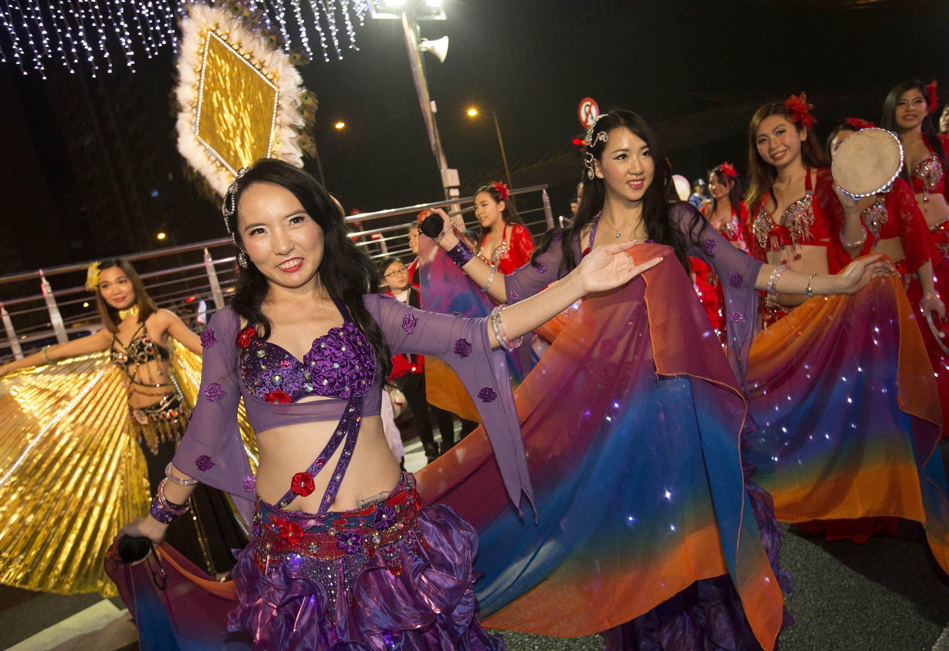 Milhares de pessoas  nas ruas de Macau para ver passar a Parada do Ano da Cabra, onde participaram 48 grupos, num total de 1.288 artistas, Macau, 21 de Fevereiro de 2015. CARMO CORREIA/LUSA