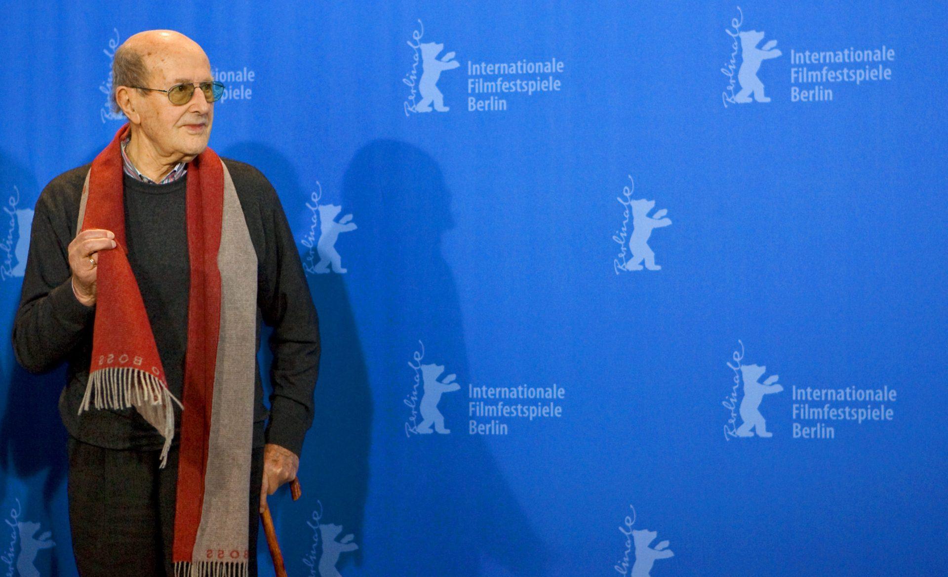 Foto LUSA - Manoel de Oliveira, durante o Festival de Cinema de Berlim, em Berlim, Alemanha. Manoel de Oliveira, que era o cineasta mais velho, . Mmorreu aos 106 em 02 de abril de 2015. EPA / ARNO BURGI. Imagem de arquivo, datada de 09 de fevereiro de 2009.