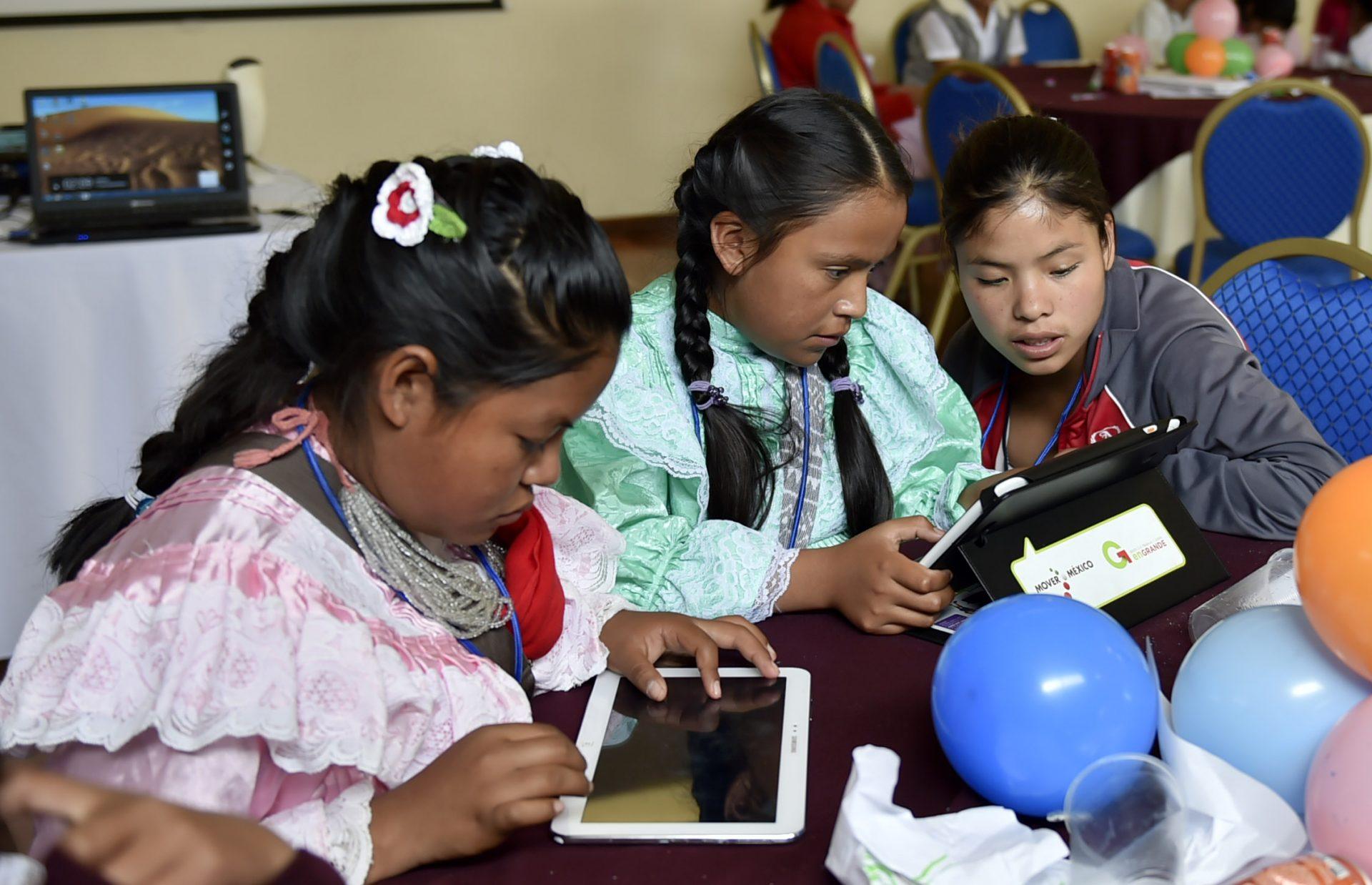 Crianças utilizando tablets